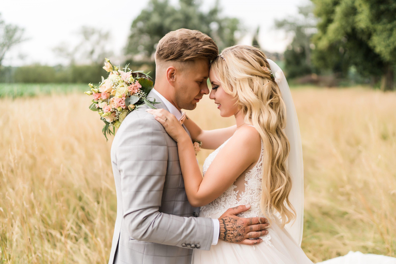 Fotoshooting, Brautpaar im Feld Marie Bernal Wetzlar